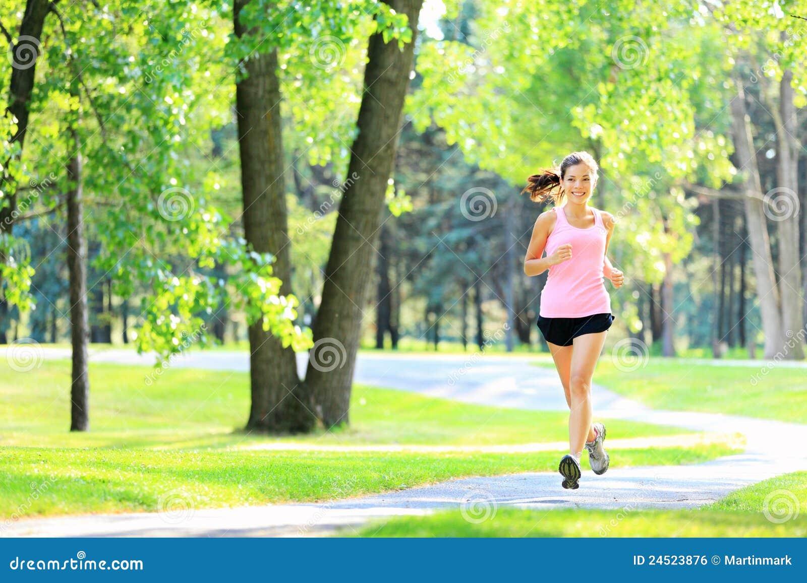 Mujer que activa que se ejecuta en parque