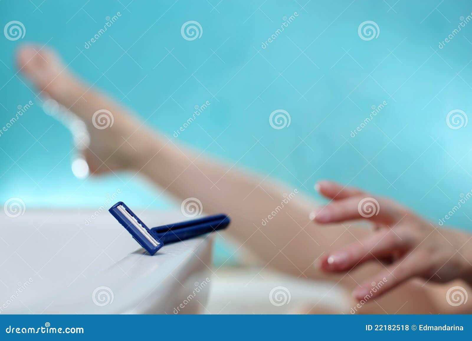 Mujer que afeita las piernas