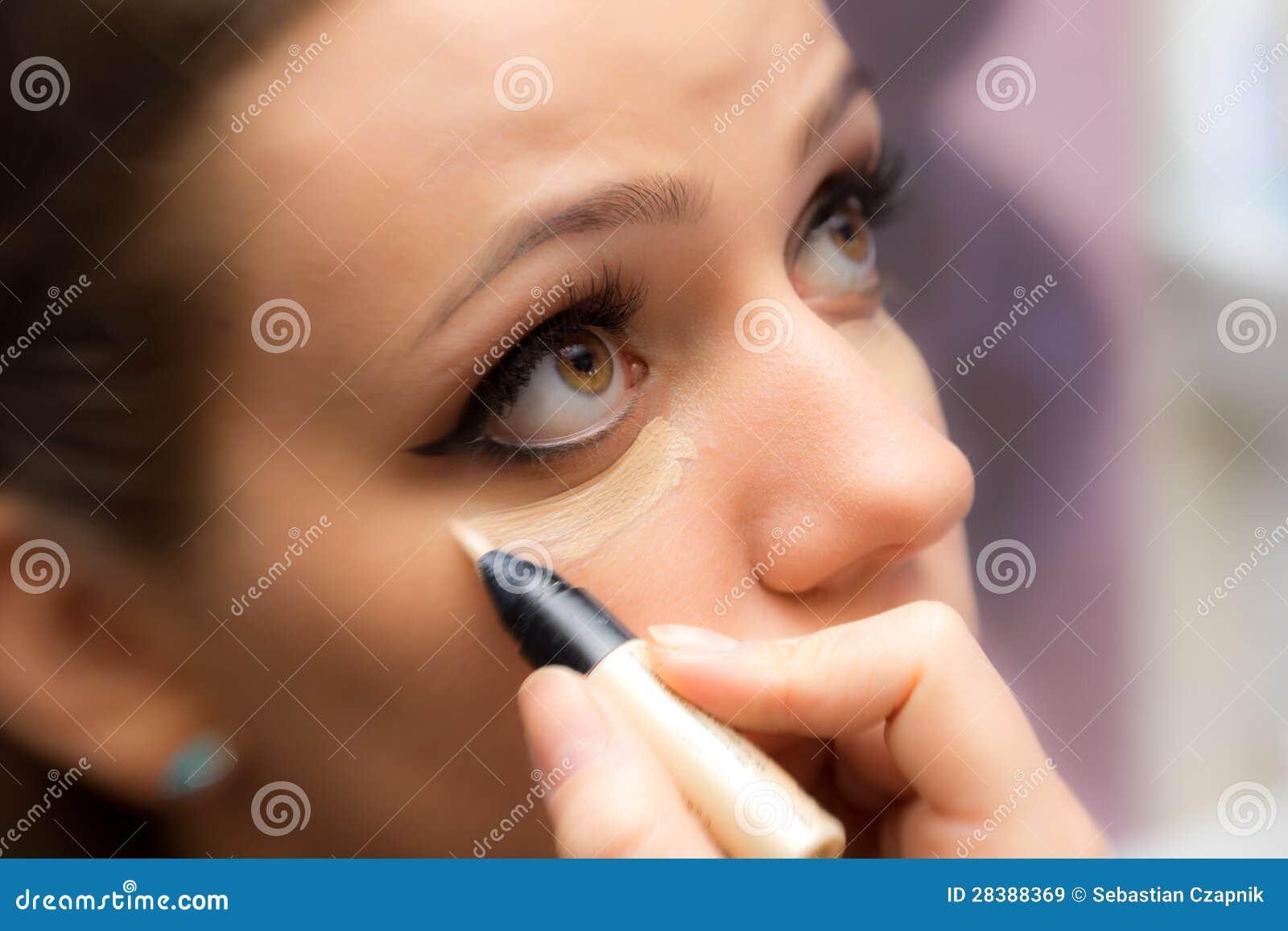 Mujer que aplica maquillaje