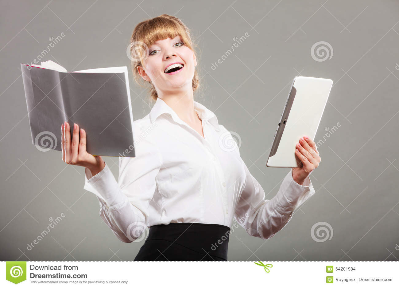 Mujer que aprende con el ebook y el libro Educación