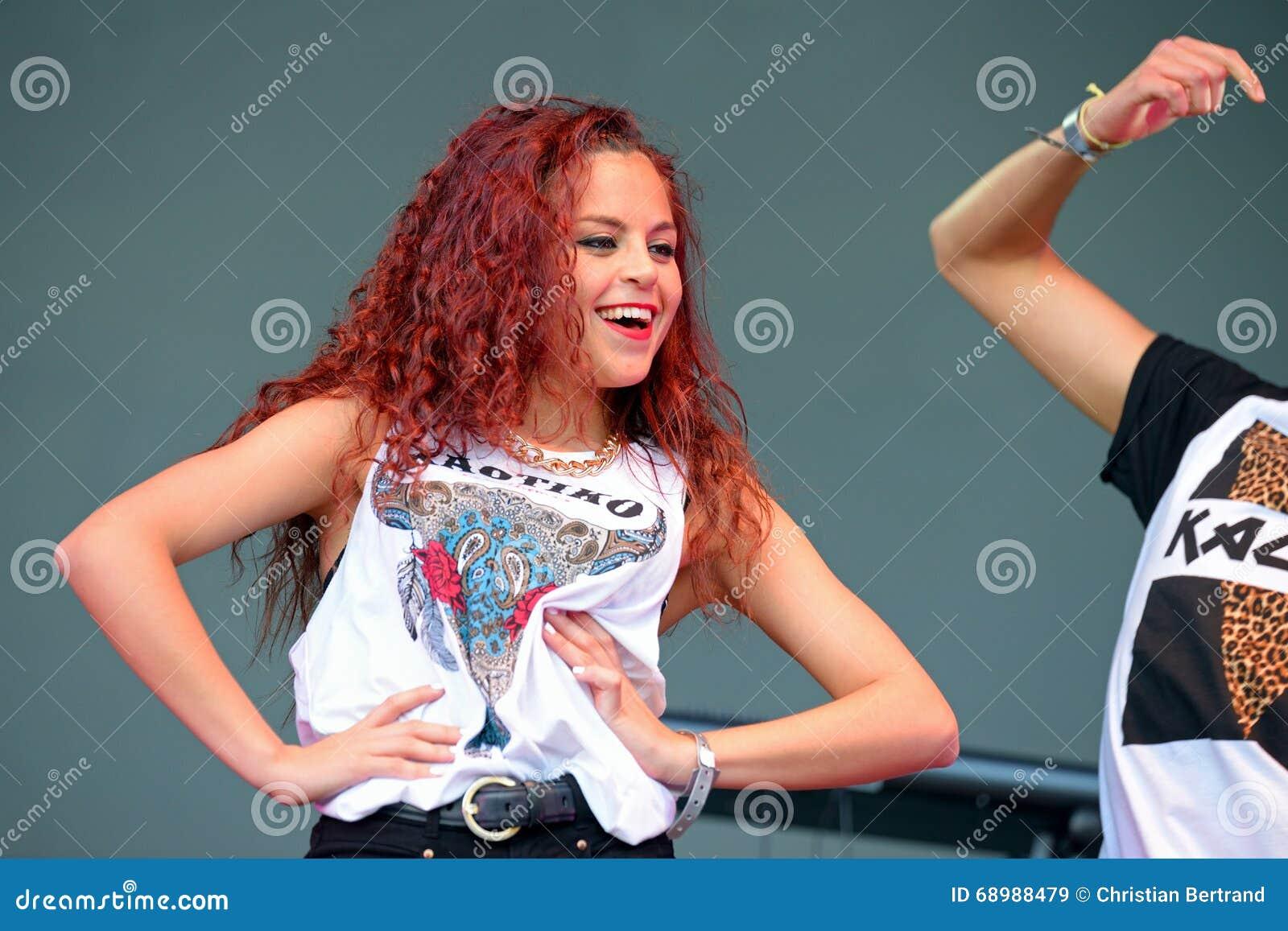Mujer que baila una coreografía en el festival del estallido de Primavera
