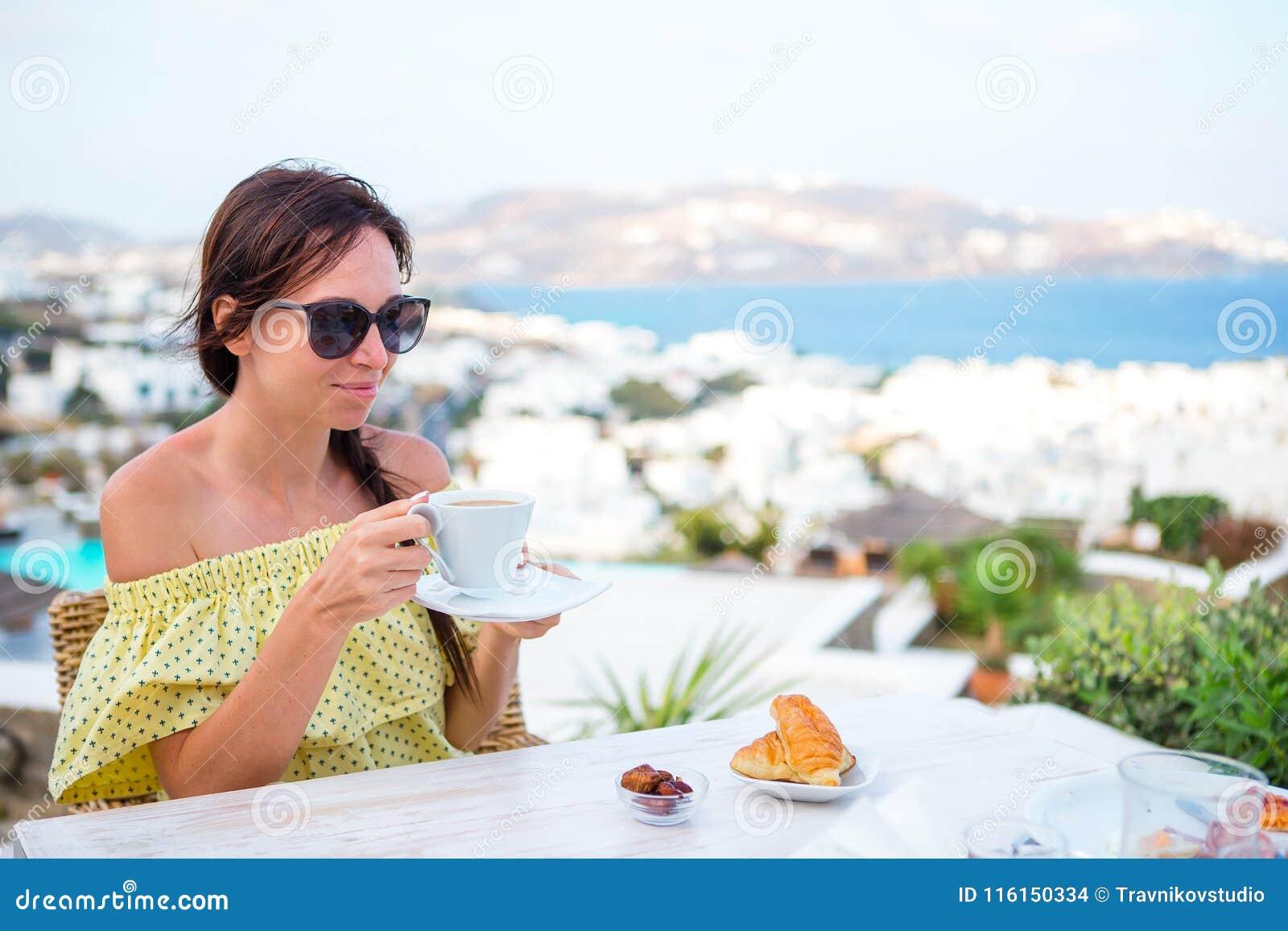 Mujer Que Bebe El Café Caliente En Terraza Del Hotel De Lujo