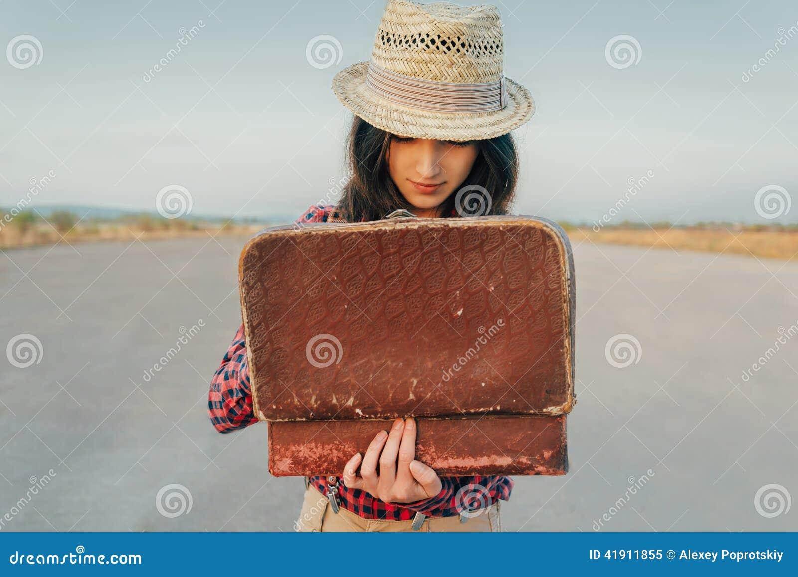 Mujer que busca algo en maleta