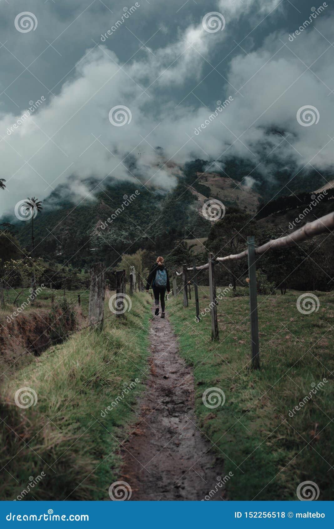 Mujer que camina con un área montañosa