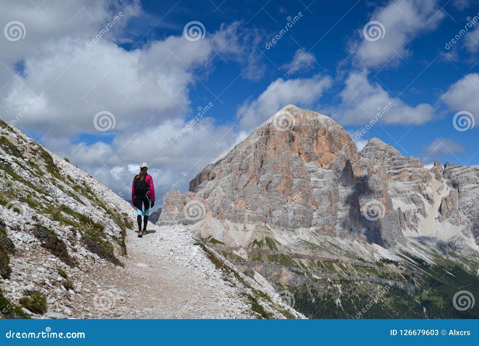 Mujer que camina en montañas de la dolomía