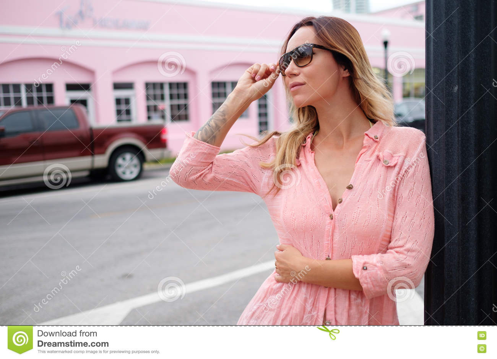 Mujer que camina a través de las calles de Miami, los E.E.U.U.