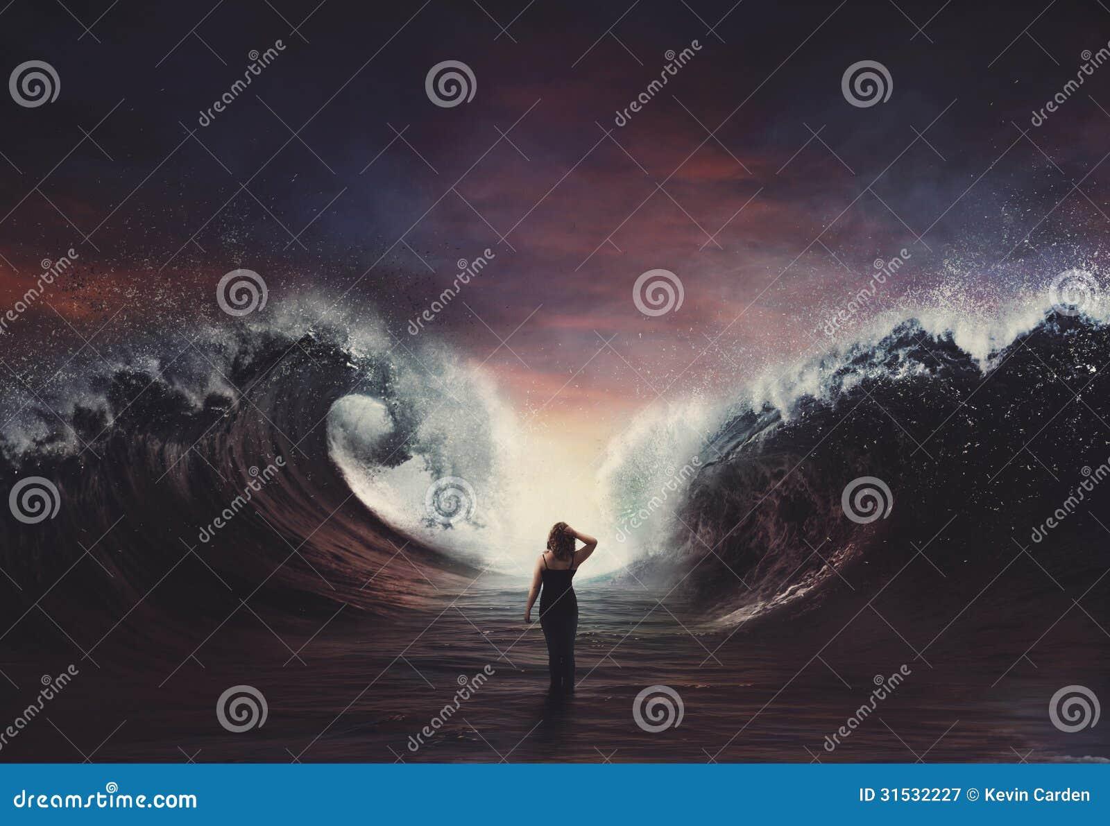 Mujer que camina a través del mar dividido.