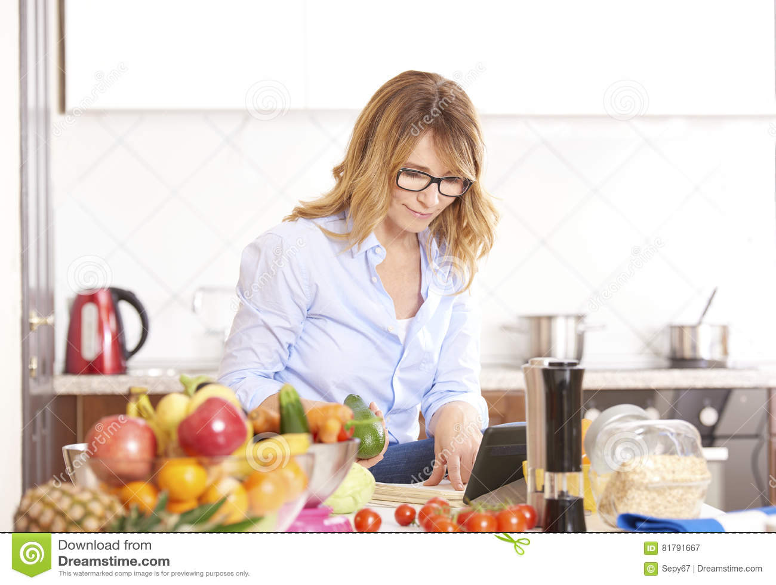 Mujer que cocina en la cocina