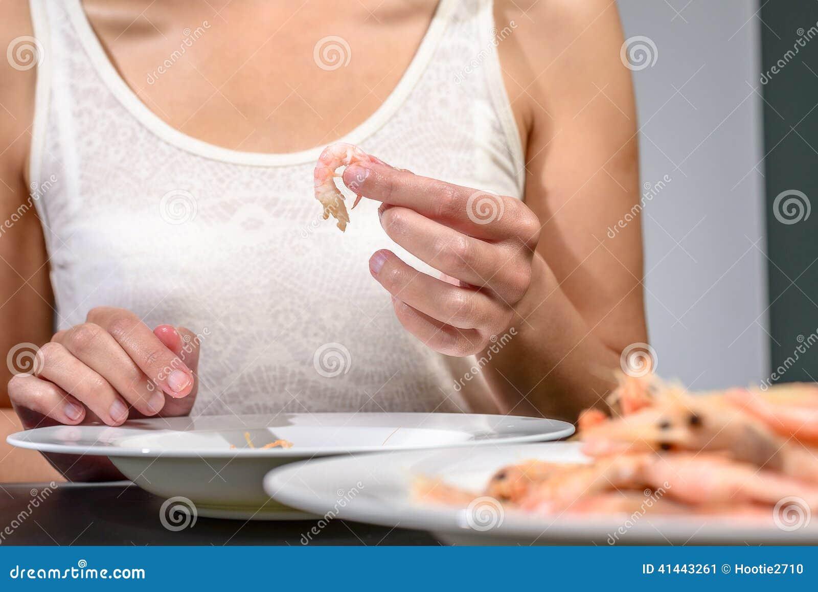 Mujer Que Come O Que Prepara Las Gambas Rosadas Imagen De Archivo Imagen De Placa Manos 41443261
