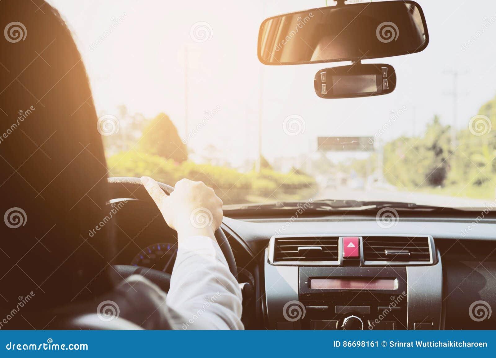 Mujer que conduce el coche