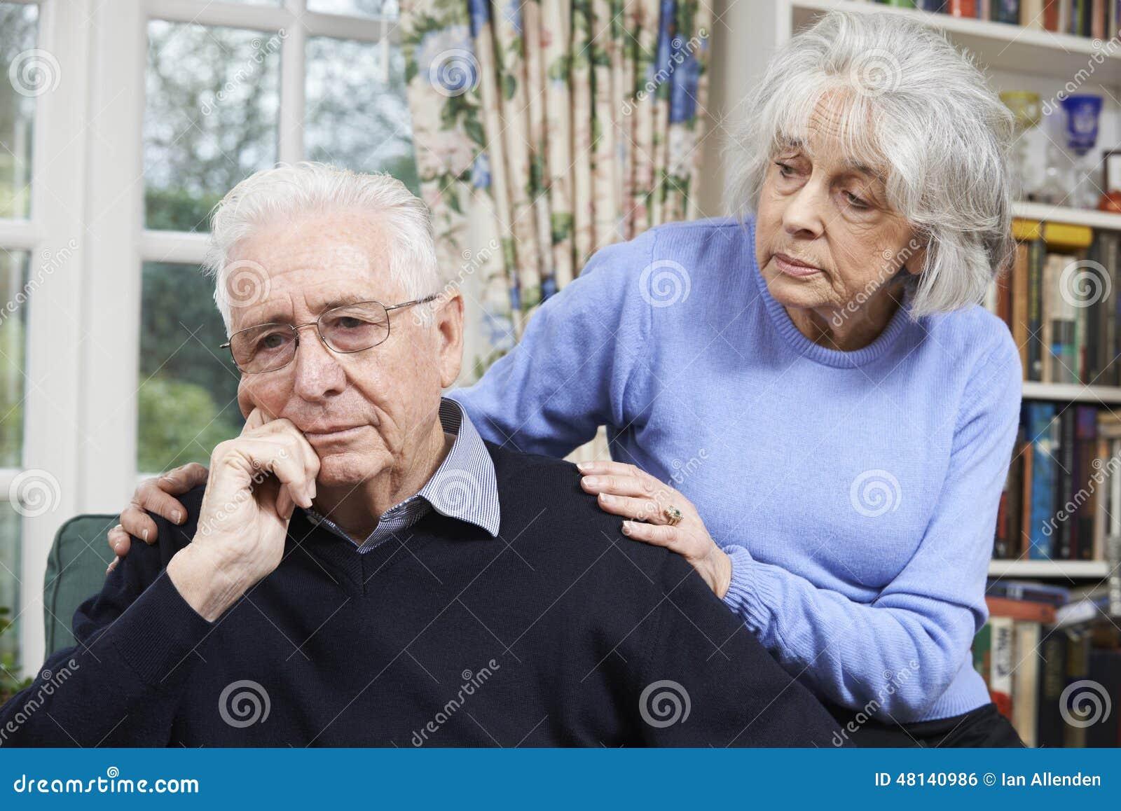 Mujer que conforta al hombre mayor con la depresión