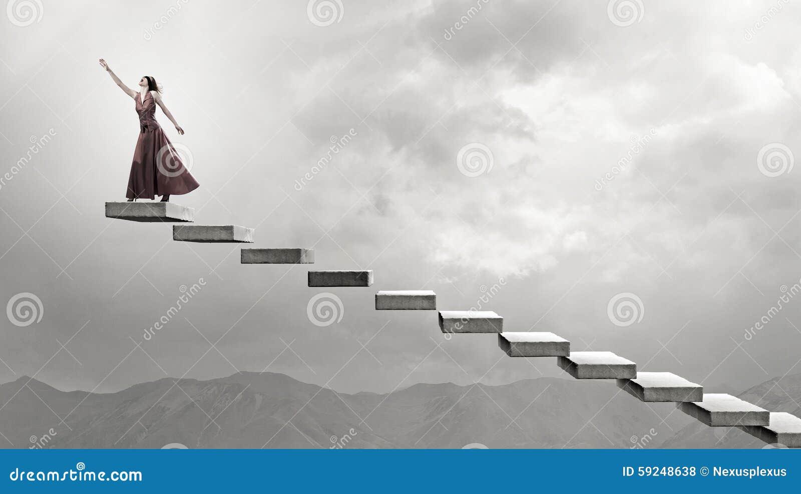 Mujer que corre en las escaleras