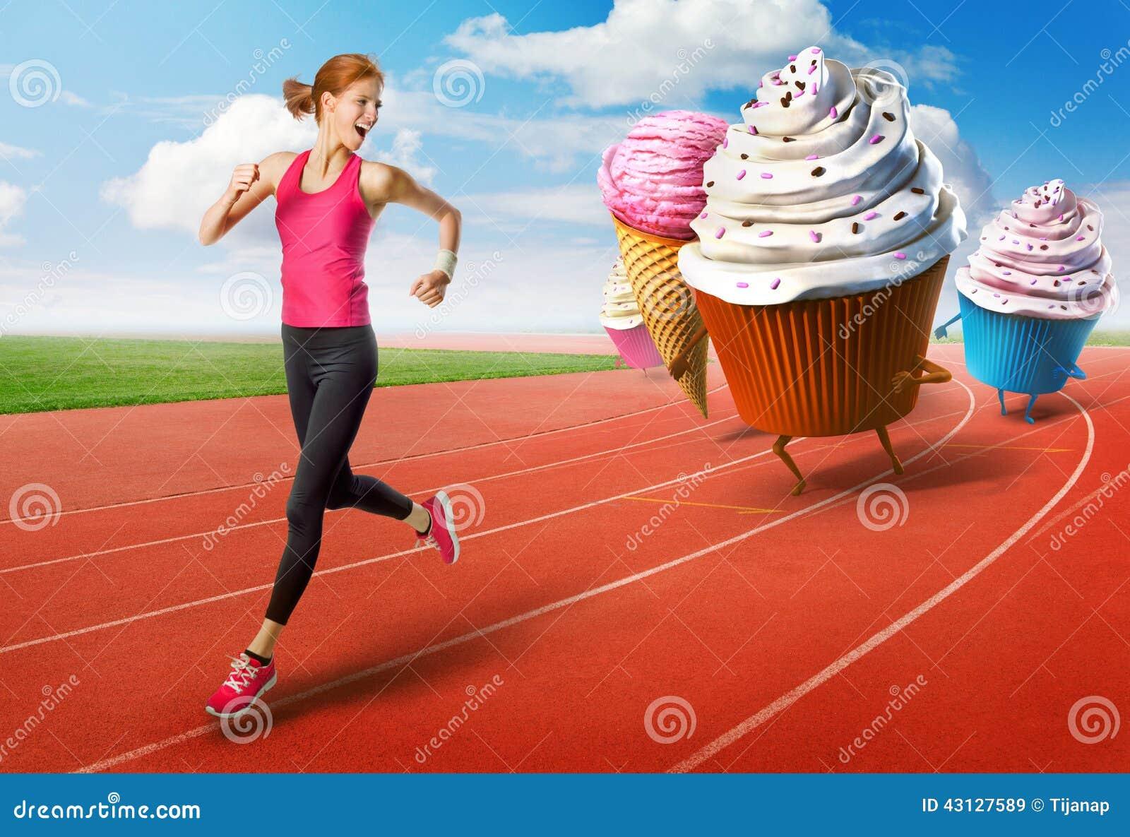 Mujer que corre lejos de los dulces