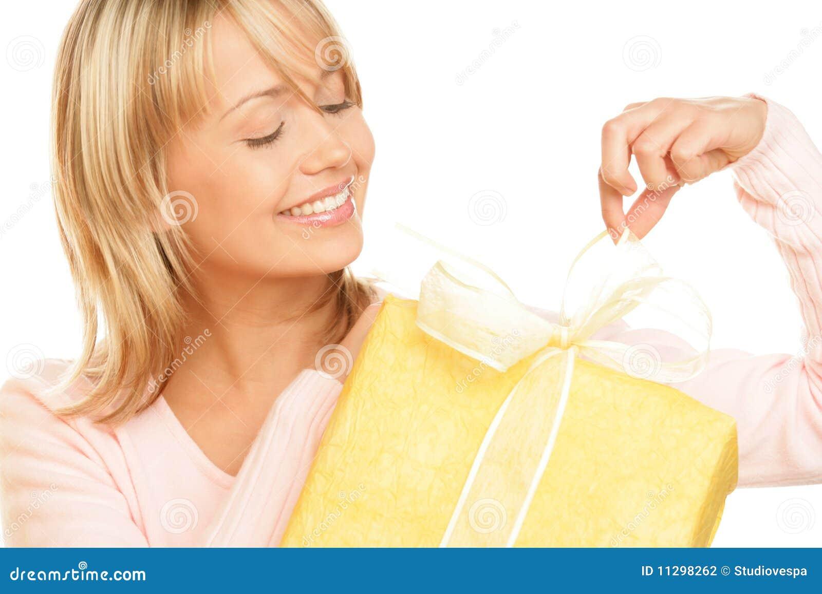 Mujer que desempaqueta el regalo