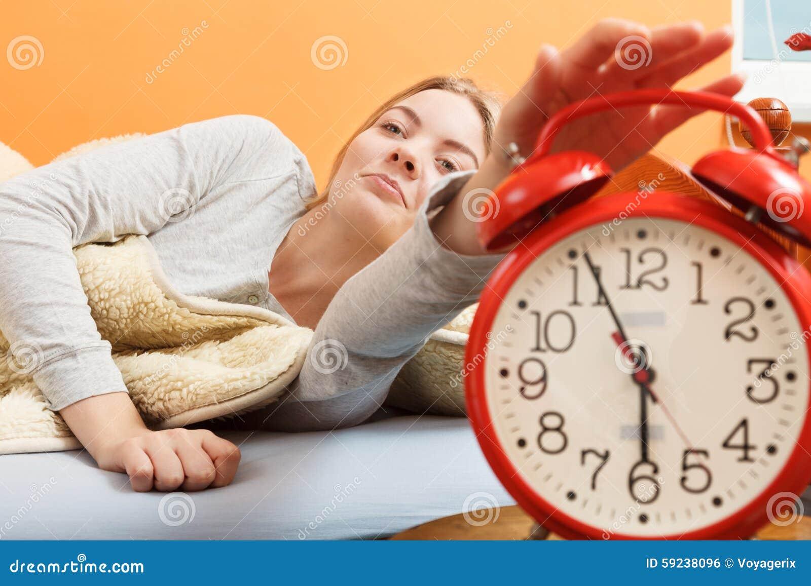 Download Mujer Que Despierta Apagando El Despertador Por Mañana Foto de archivo - Imagen de hembra, oversleep: 59238096