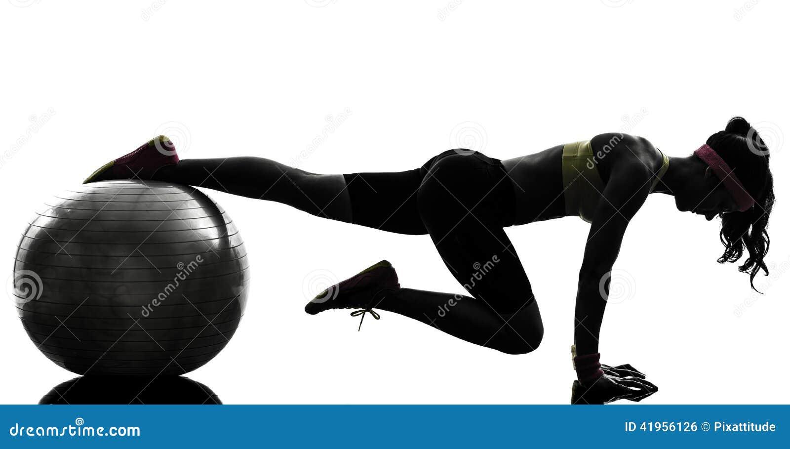 Mujer que ejercita la silueta de la posición del tablón del entrenamiento de la aptitud