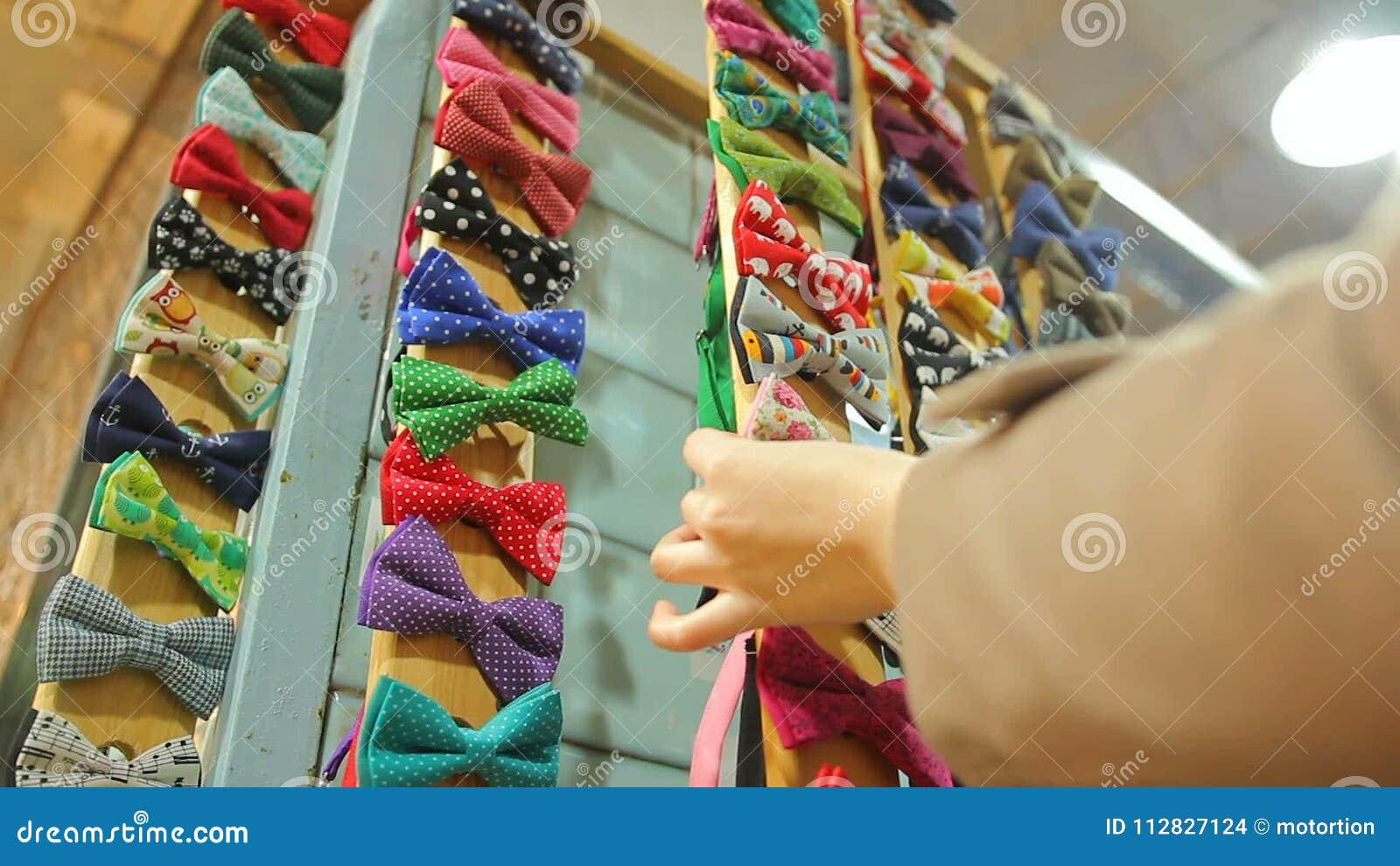 Mujer Que Elige La Corbata De Lazo Hecha A Mano Entre La Variedad Enorme En La Tienda De La Artesanía Moda Metrajes Vídeo De Tienda Artesanía 112827124