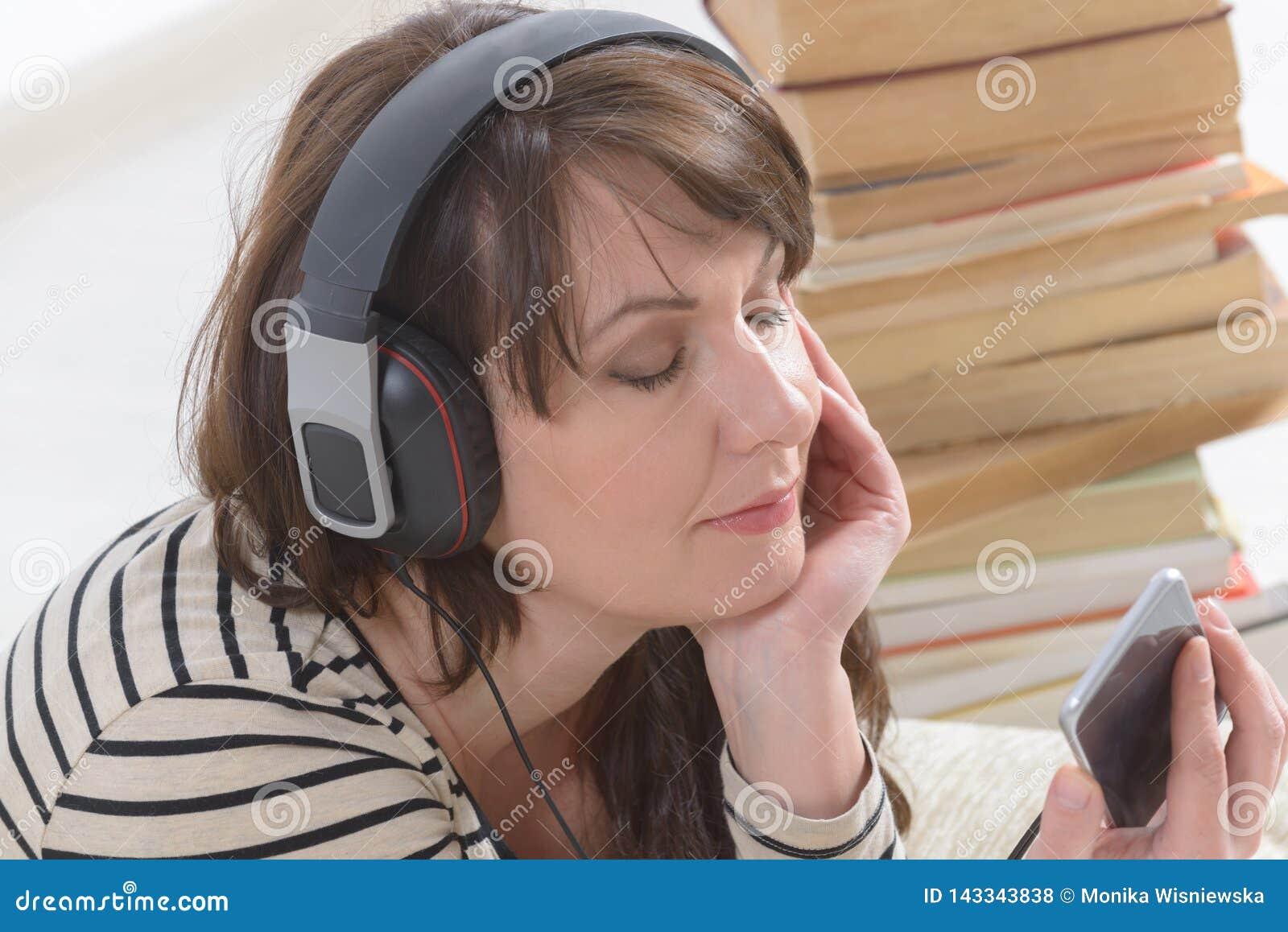 Mujer que escucha un audiolibro