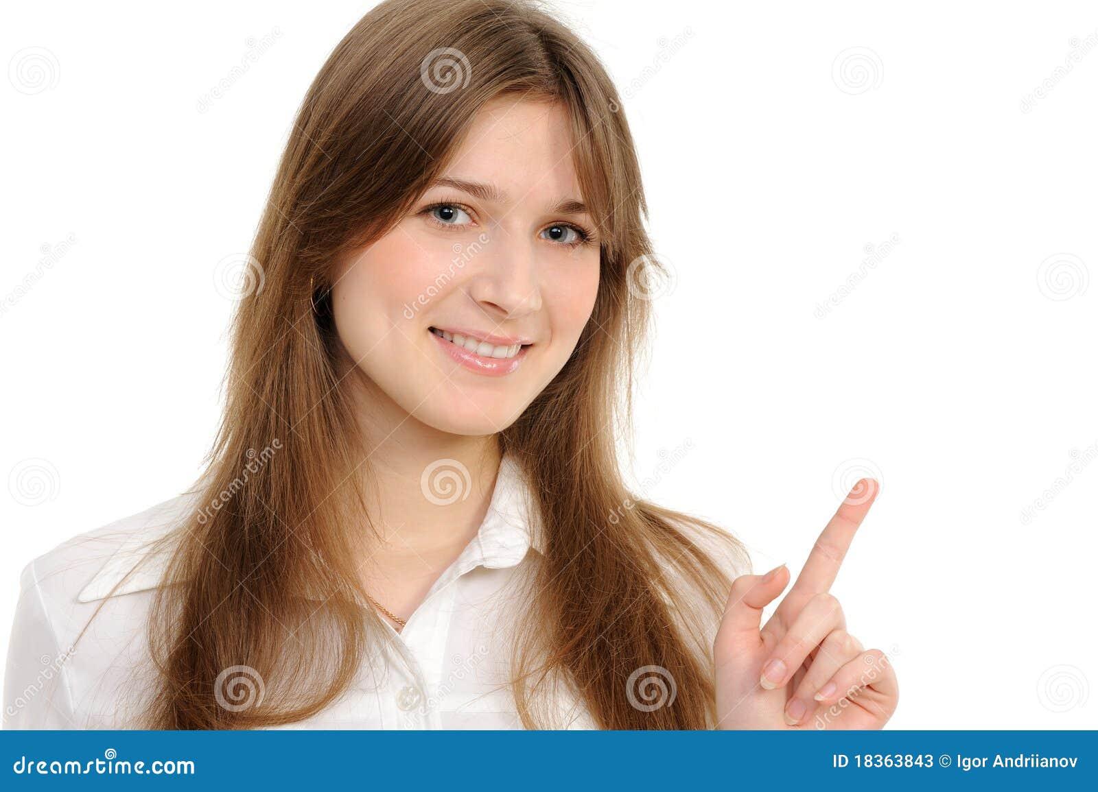 Mujer que especifica la tapa en el espacio de la copia