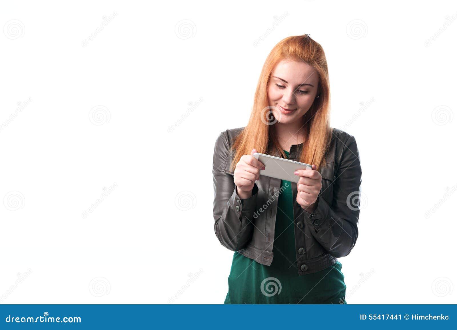 Mujer que goza de un teléfono