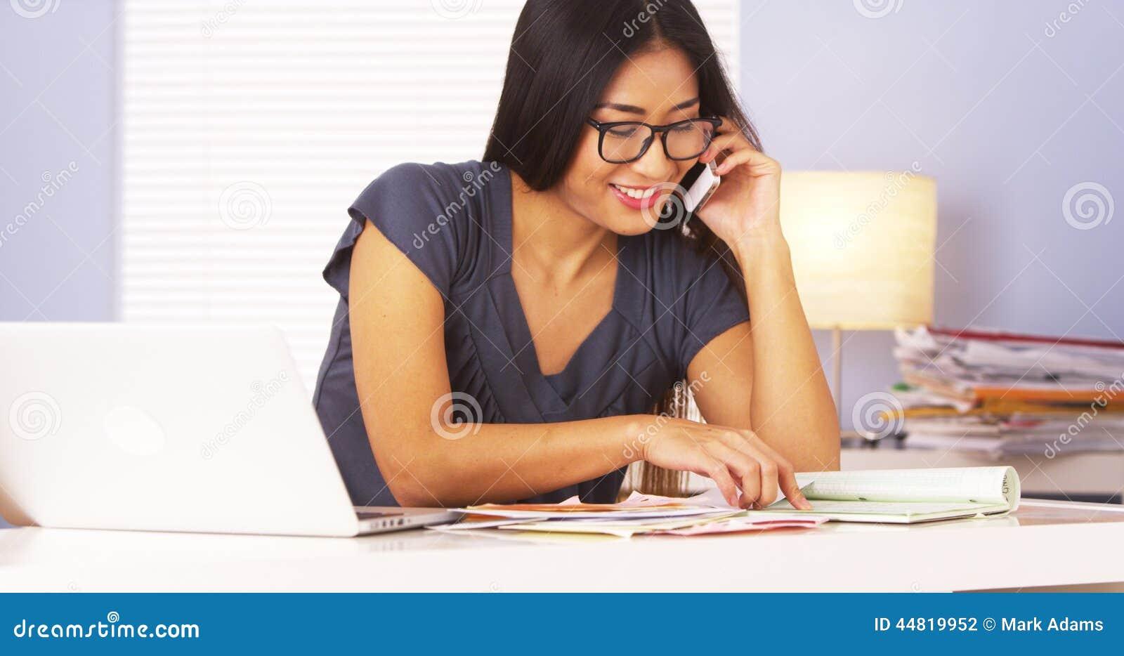 Mujer que habla con su banco con smartphone