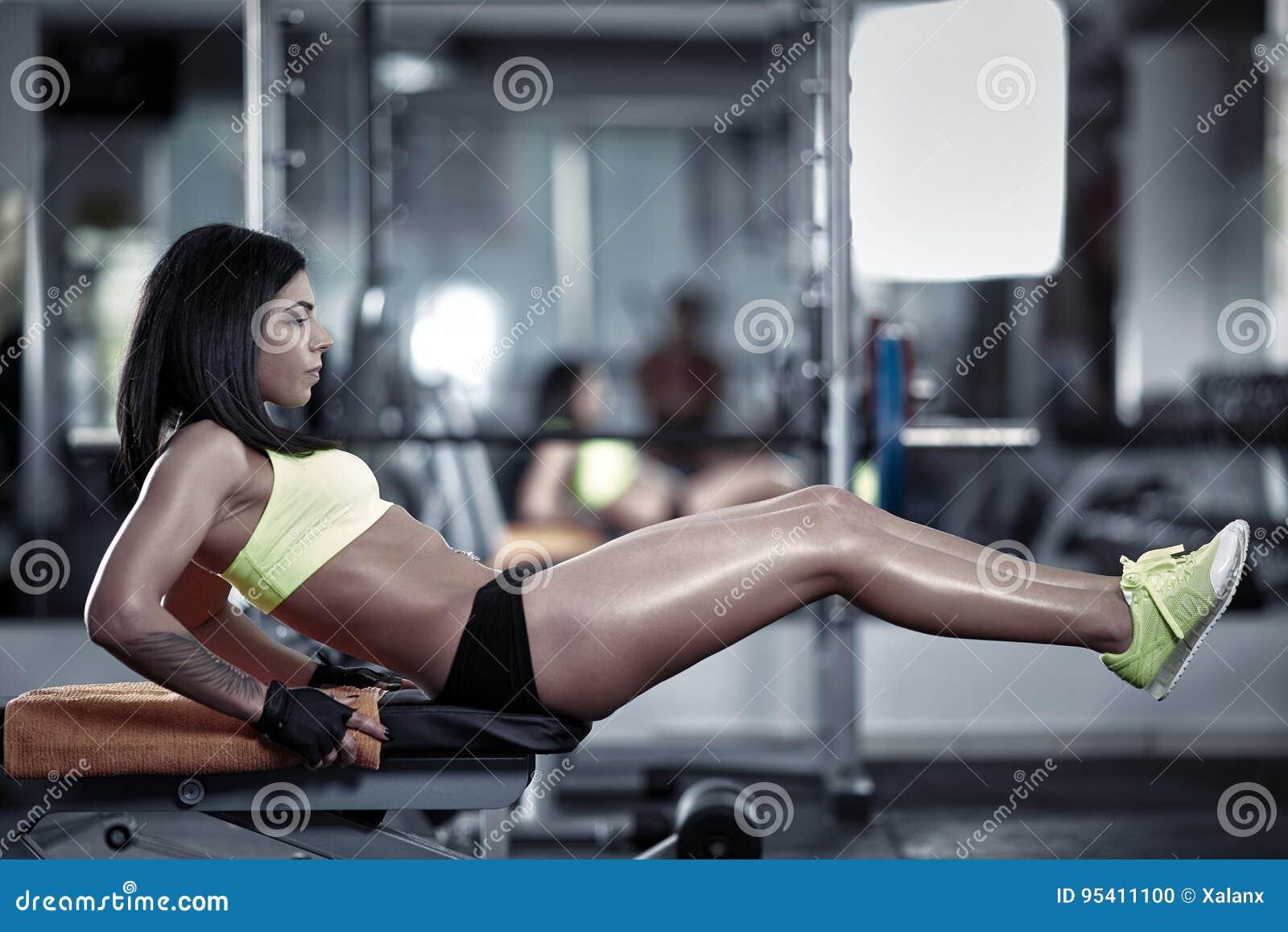 Mujer que hace crujidos del ABS