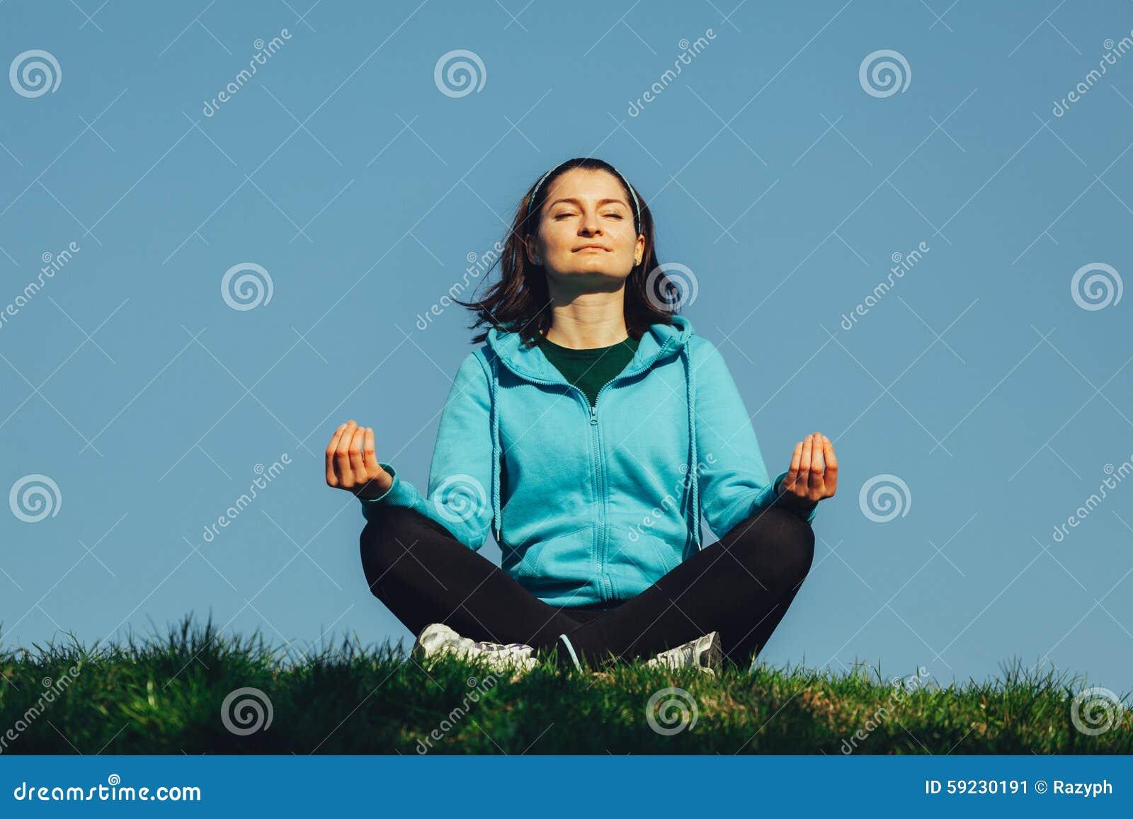 Mujer que hace ejercicio de la yoga