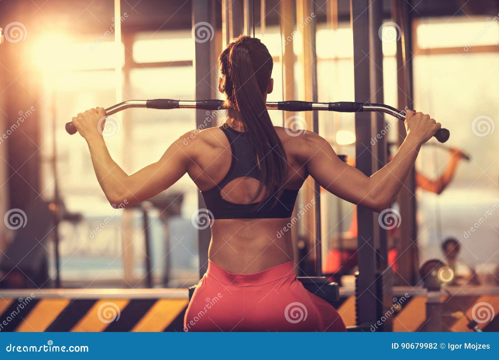 ejercicios para pecho mujeres en el gym