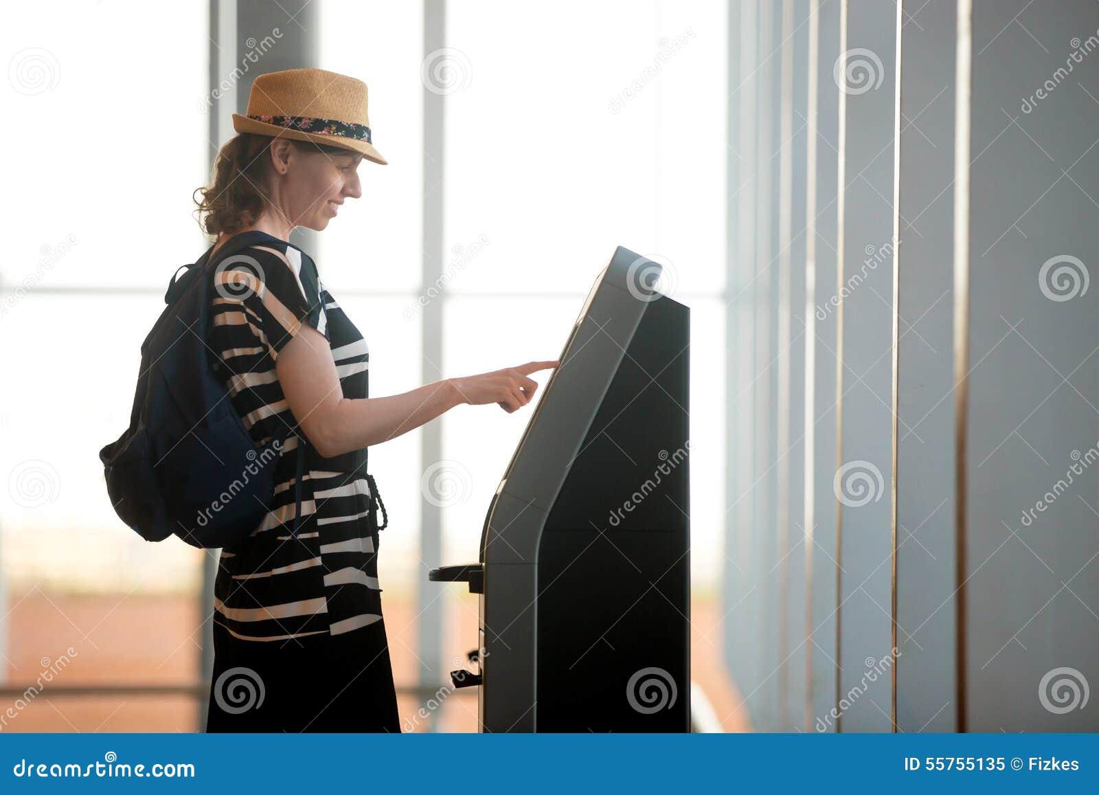 Mujer que hace uno mismo-control-en aeropuerto