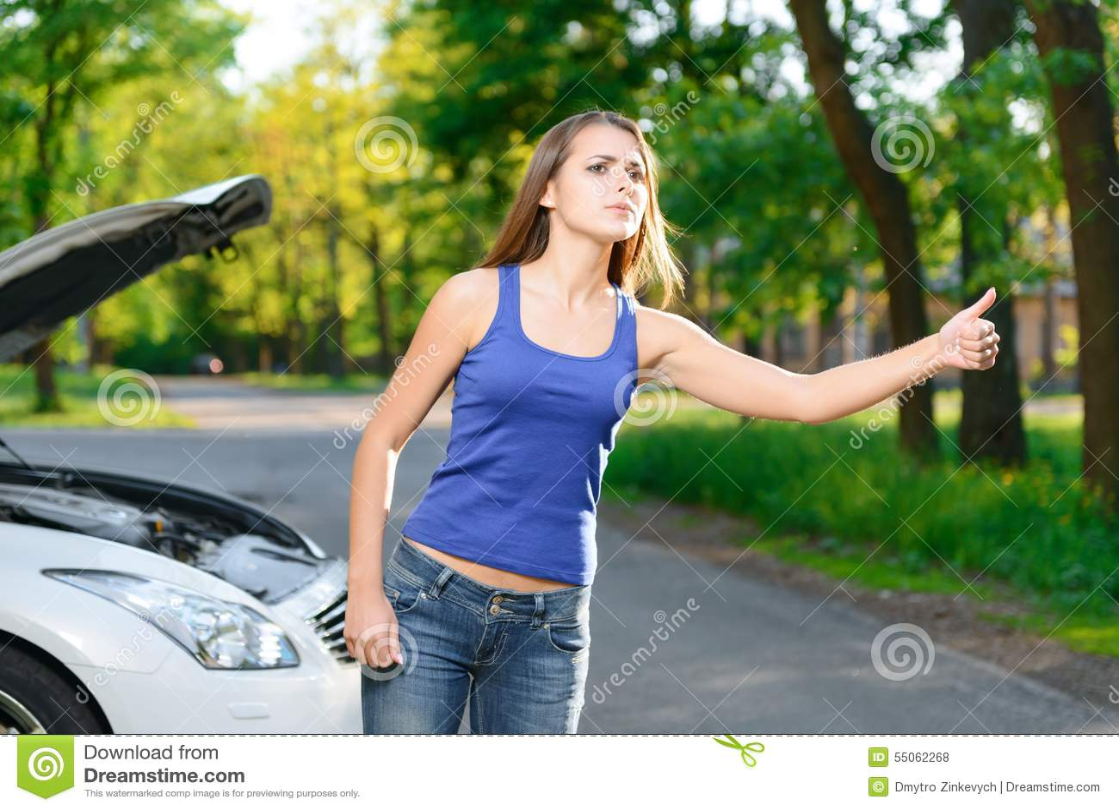 Mujer que intenta al coche de captura