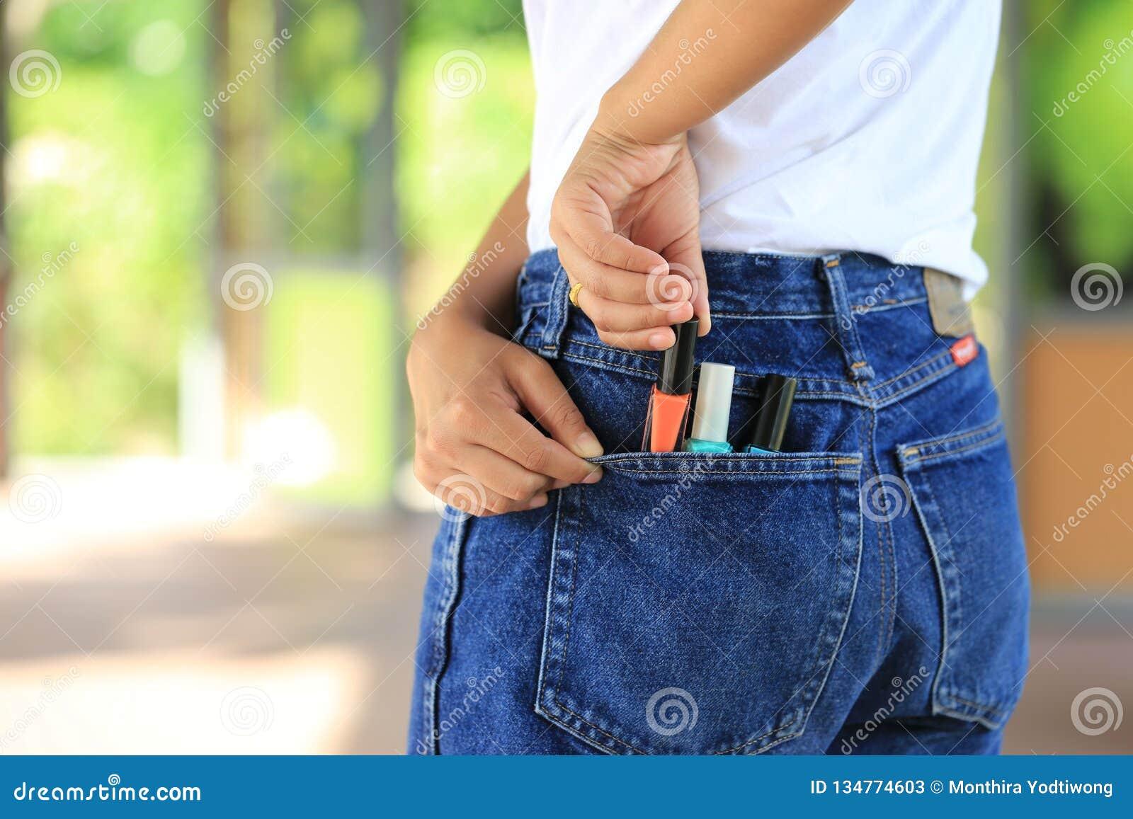 Mujer que intenta robar los artículos en grandes almacenes, robo patológico, cleptomanía