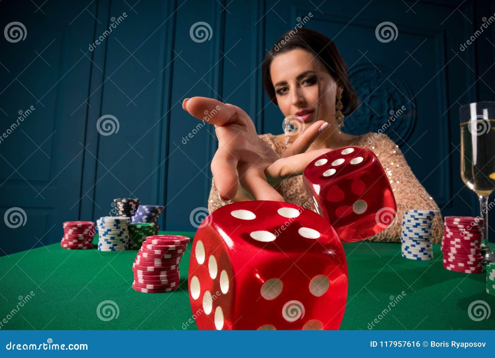 Mujer que juega en casino