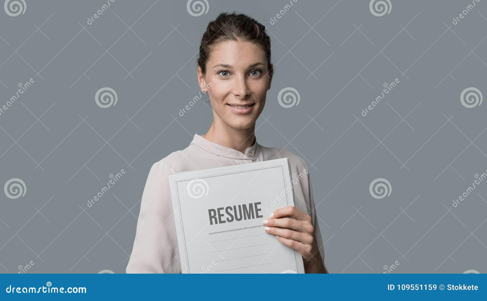 mujer que lleva a cabo su curriculum vitae