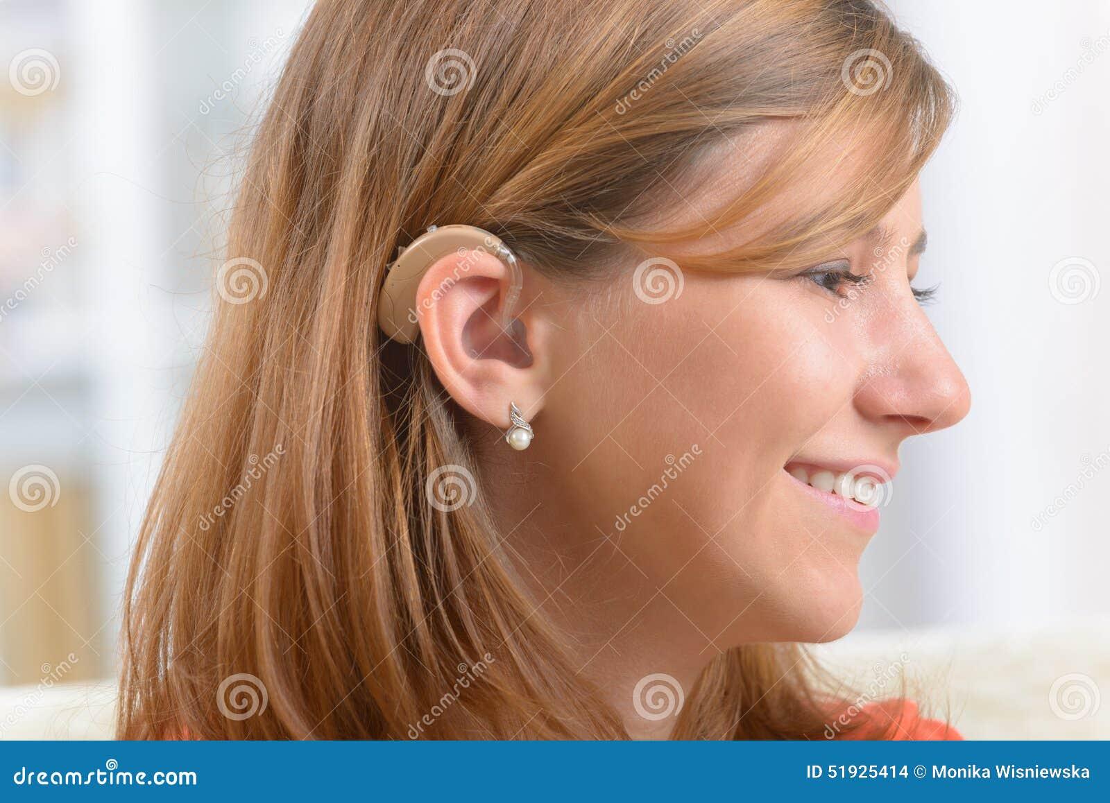 Mujer que lleva la ayuda sorda