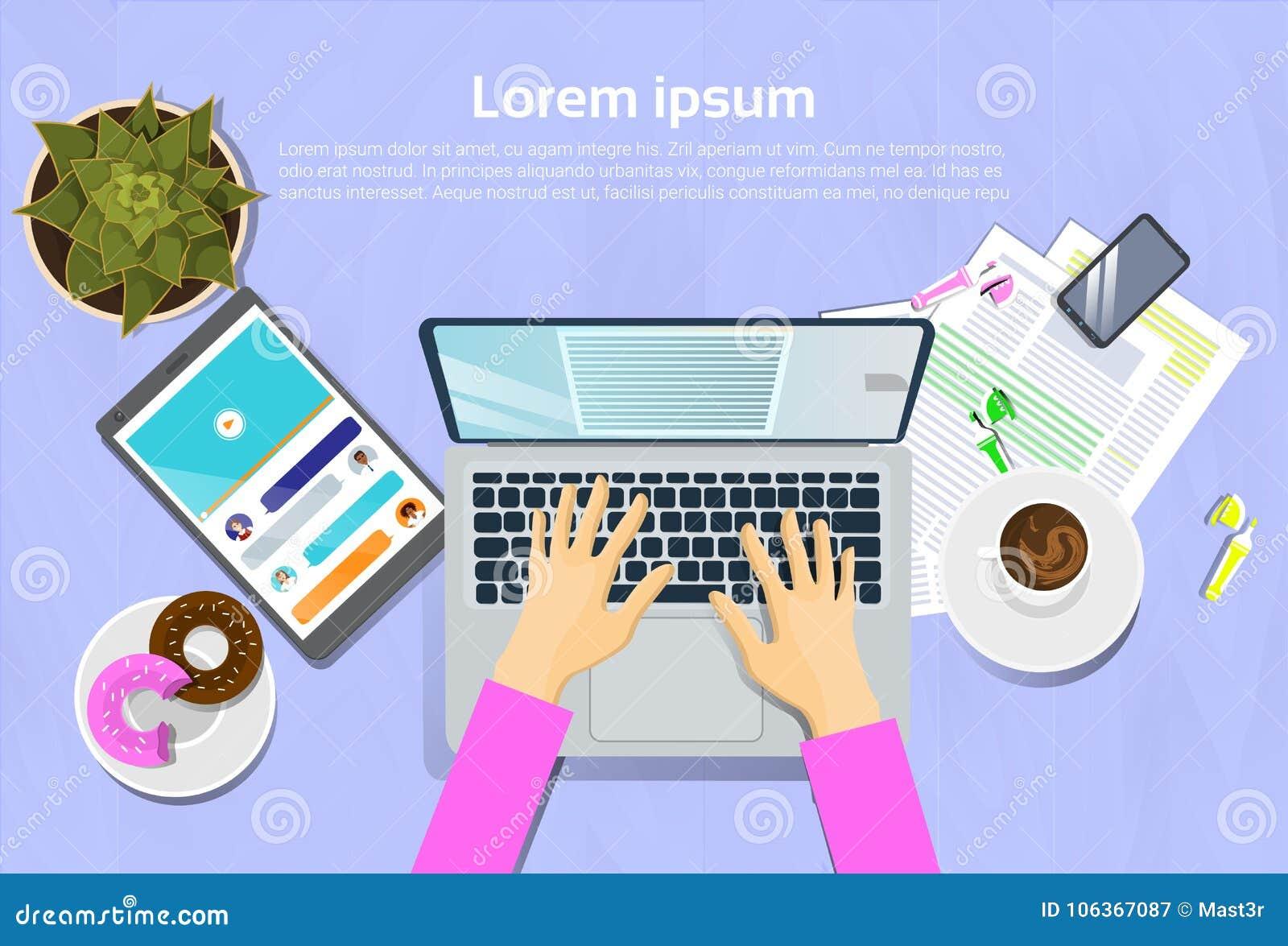 Mujer que mecanografía en el ordenador portátil, la opinión superior sobre el escritorio con la tableta de Digitaces y el concept