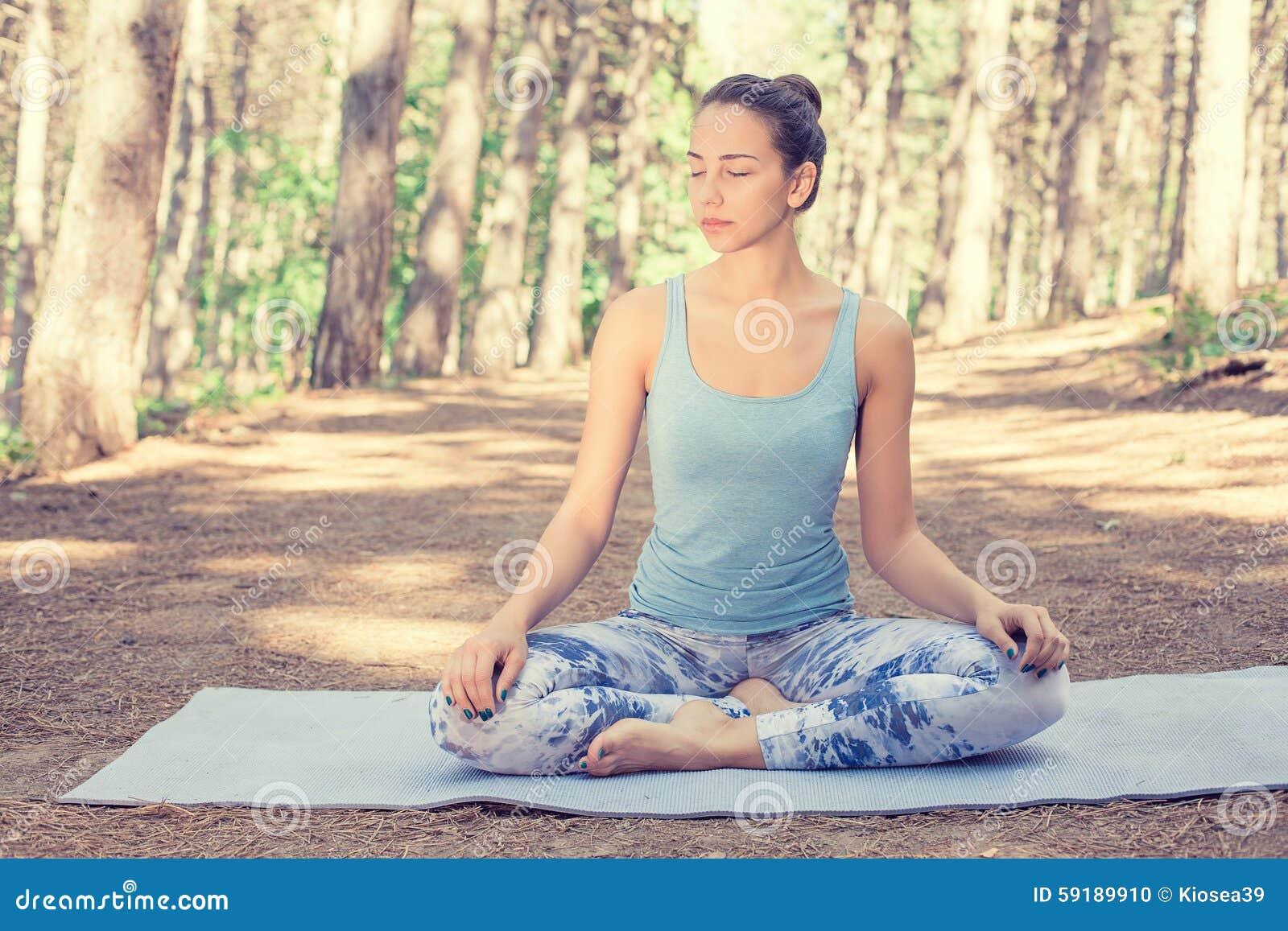Mujer que medita haciendo yoga