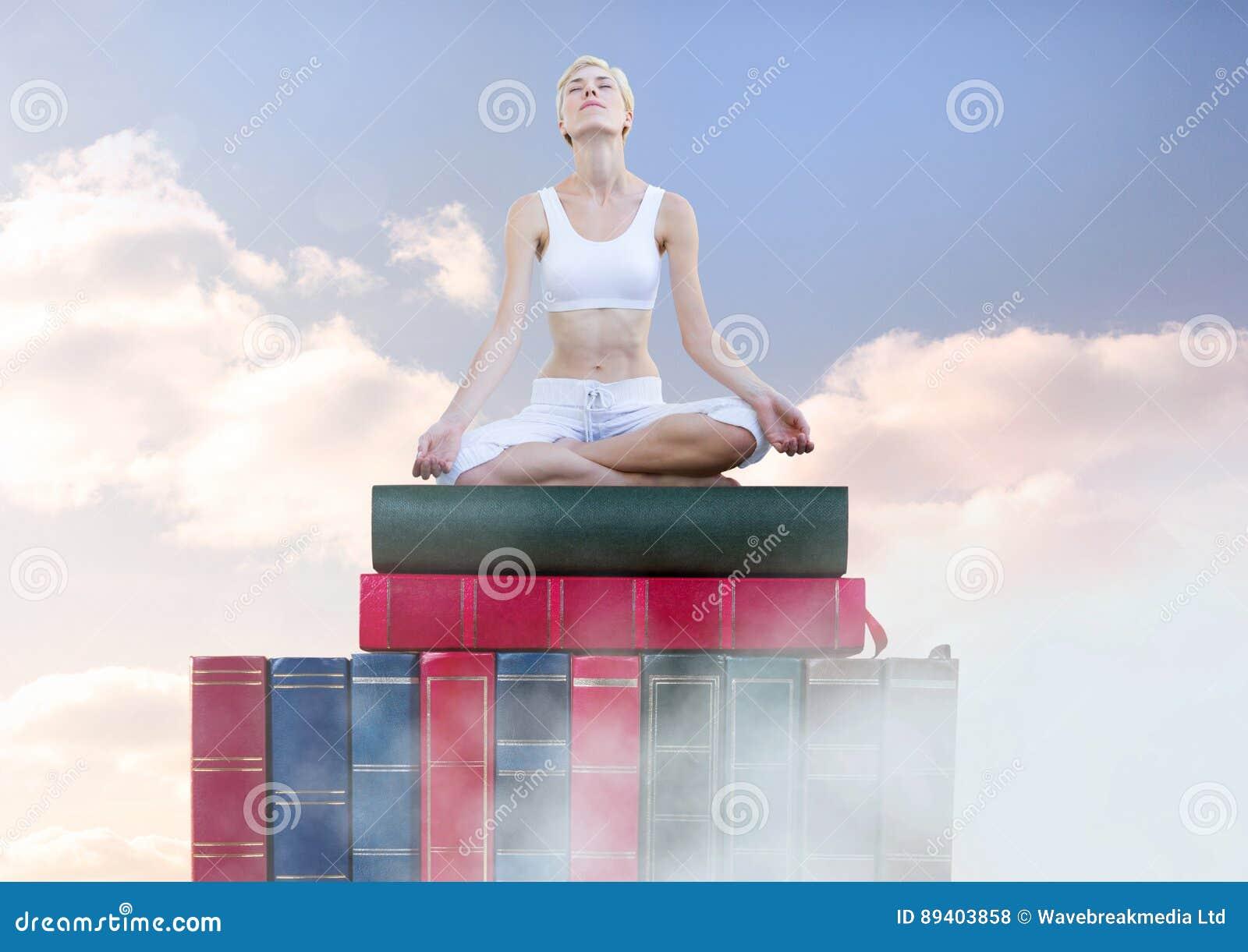 Mujer que medita la relajación en los libros apilados por el cielo