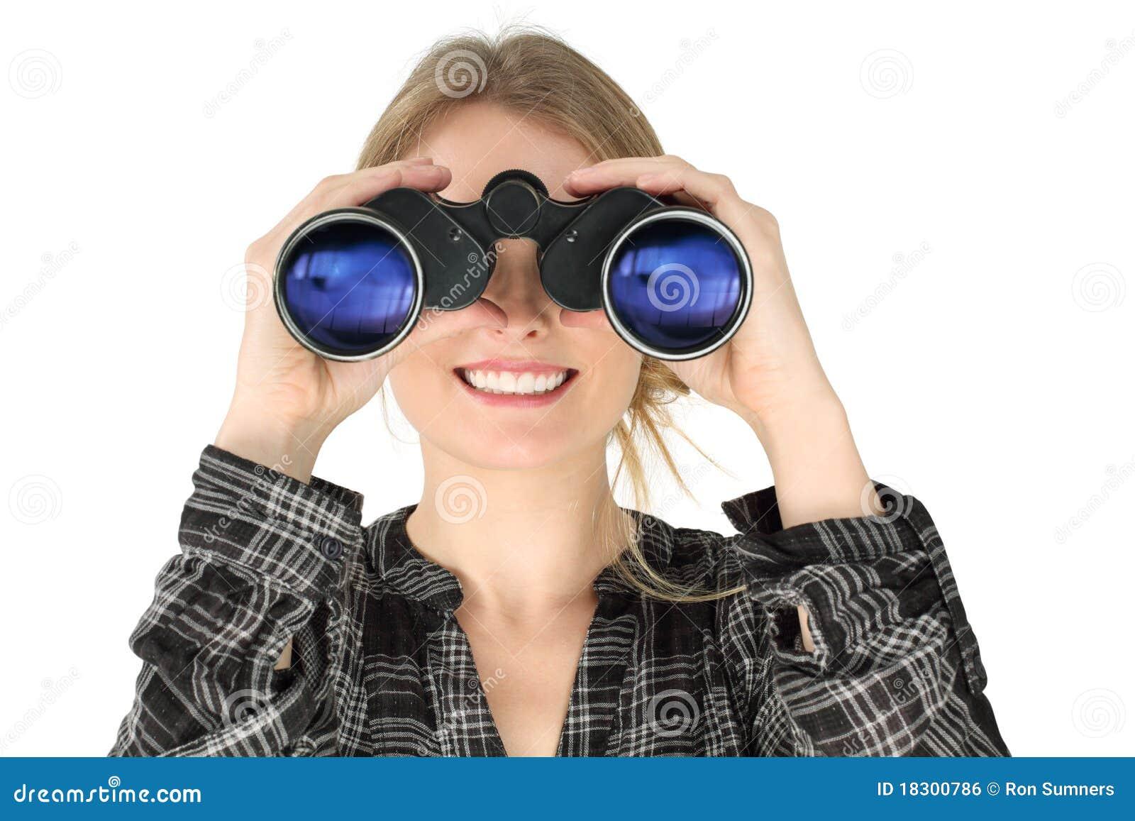Mujer que mira con los prismáticos