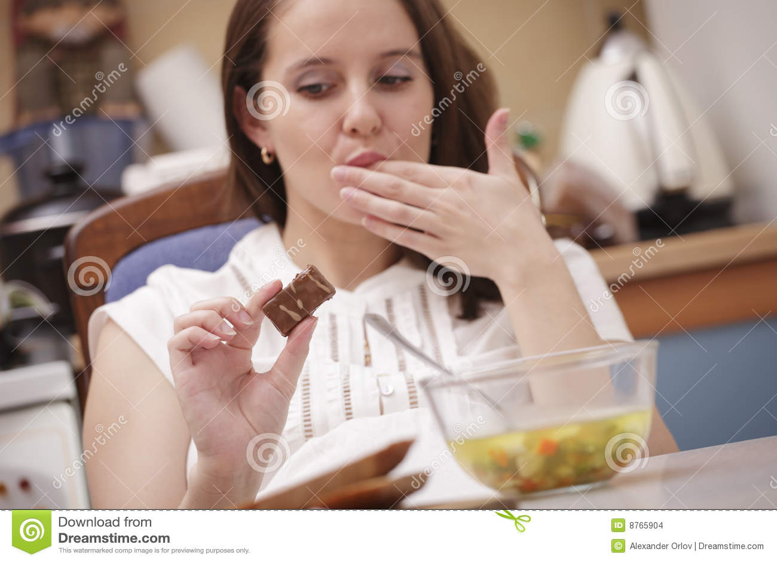 Mujer que mira el chocolate
