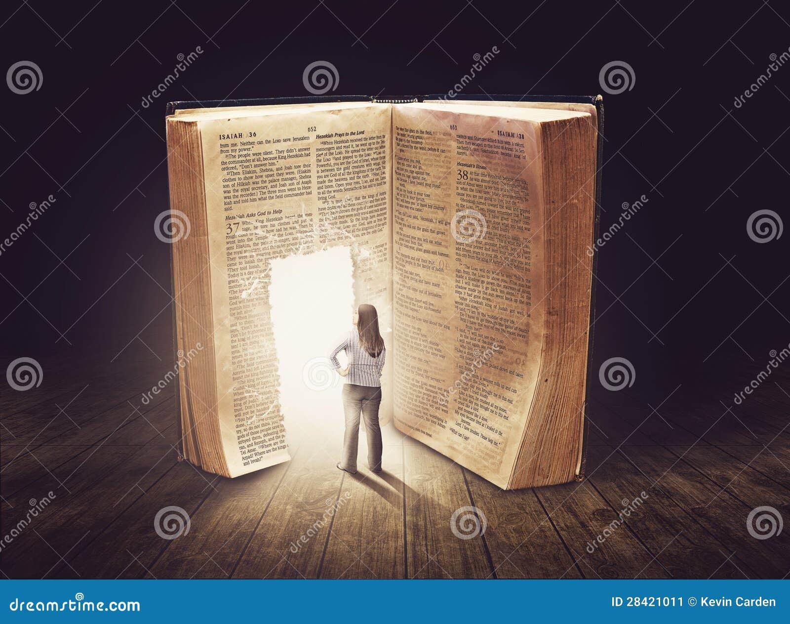 Mujer que mira el libro grande