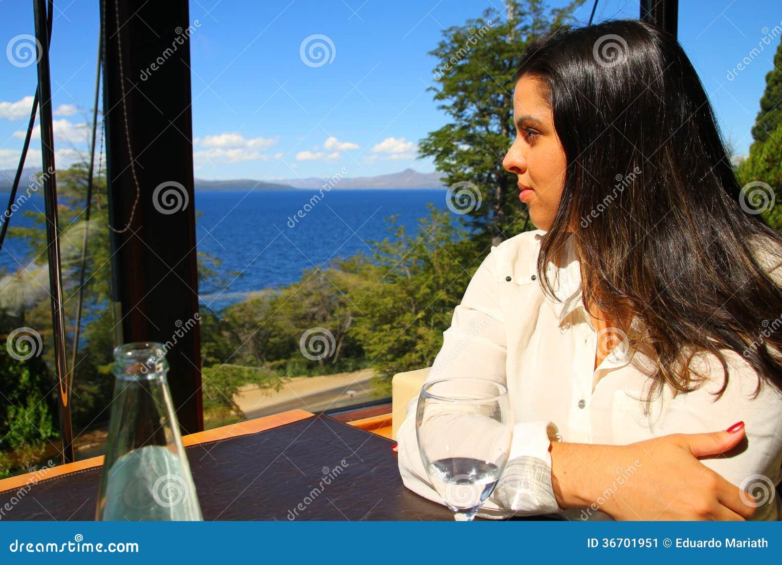 Mujer que mira el paisaje a través de la ventana