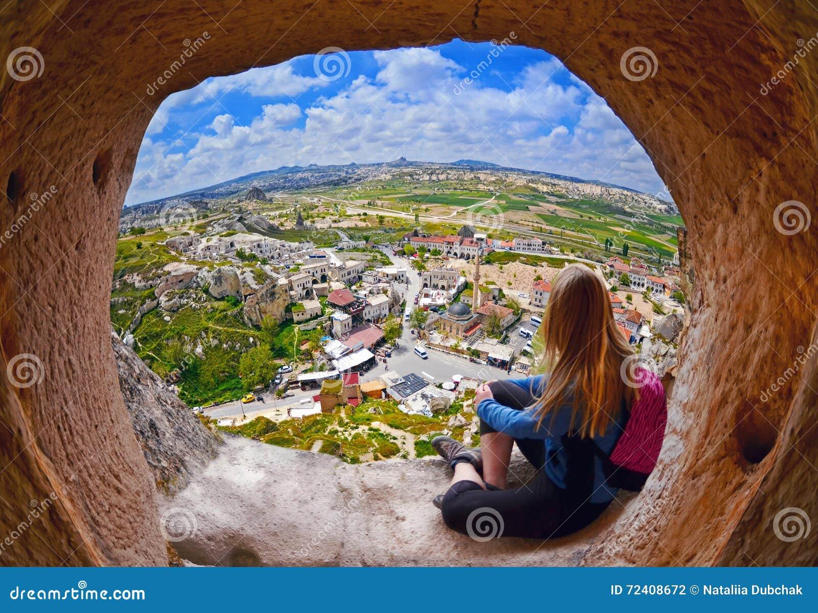 Mujer que mira en la distancia contra la perspectiva de paisaje increíble