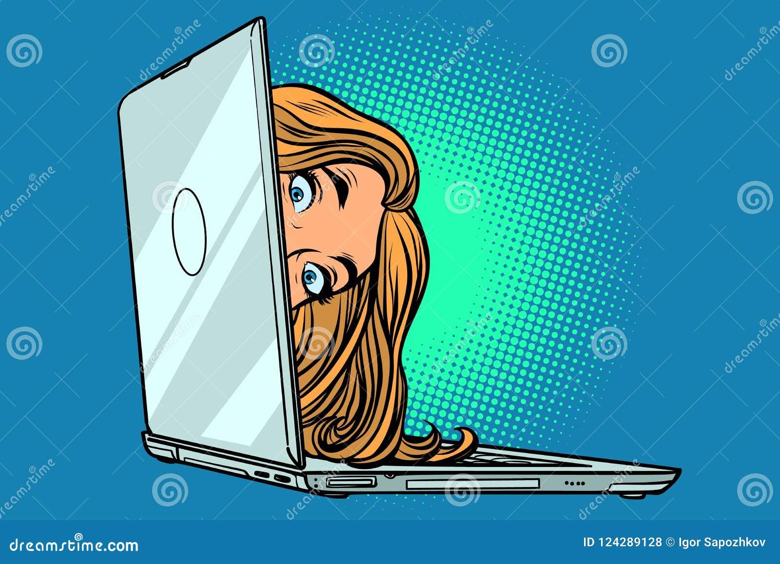 Mujer que mira a escondidas del ordenador portátil