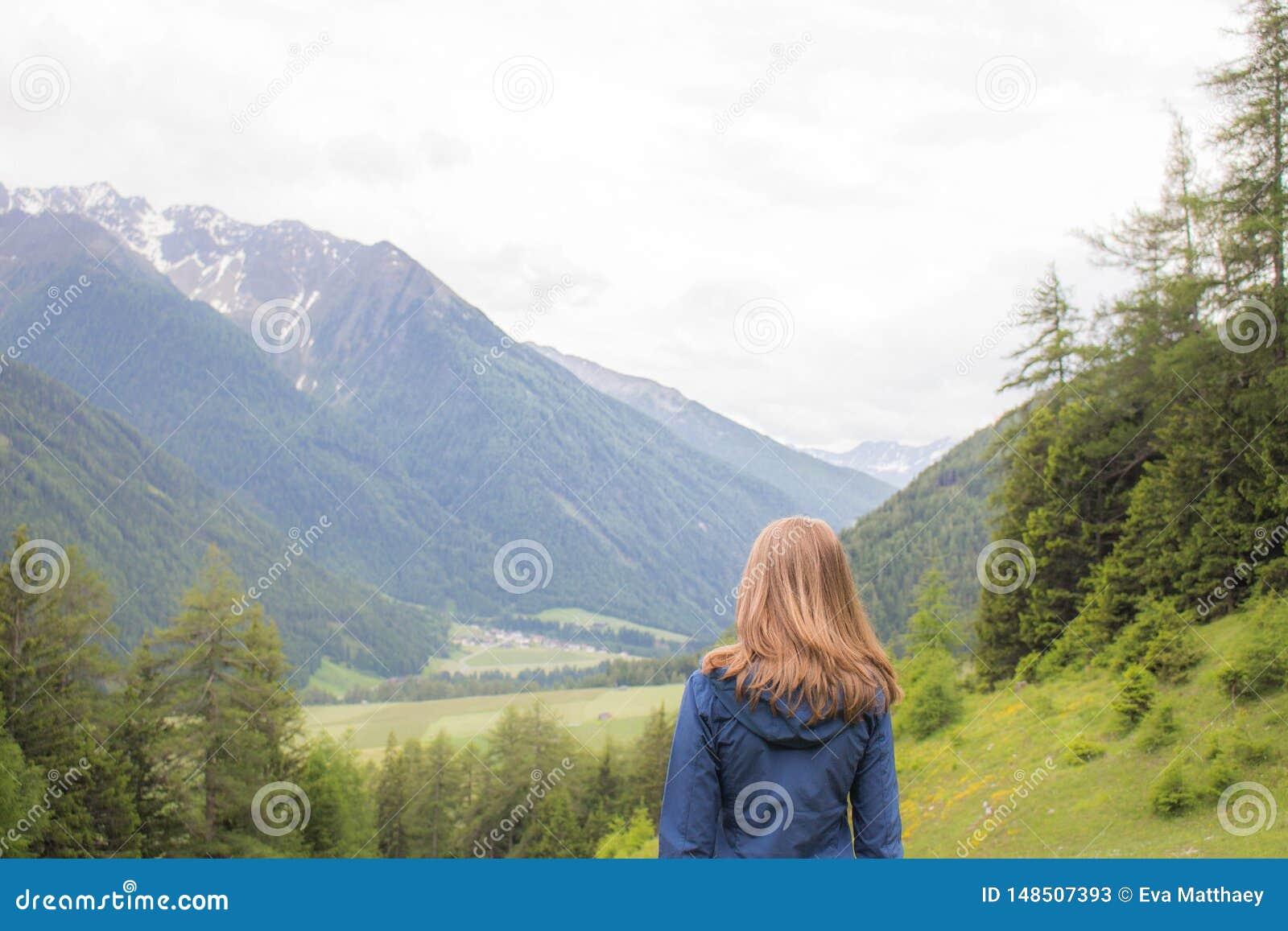 Mujer que mira las montañas en Austria