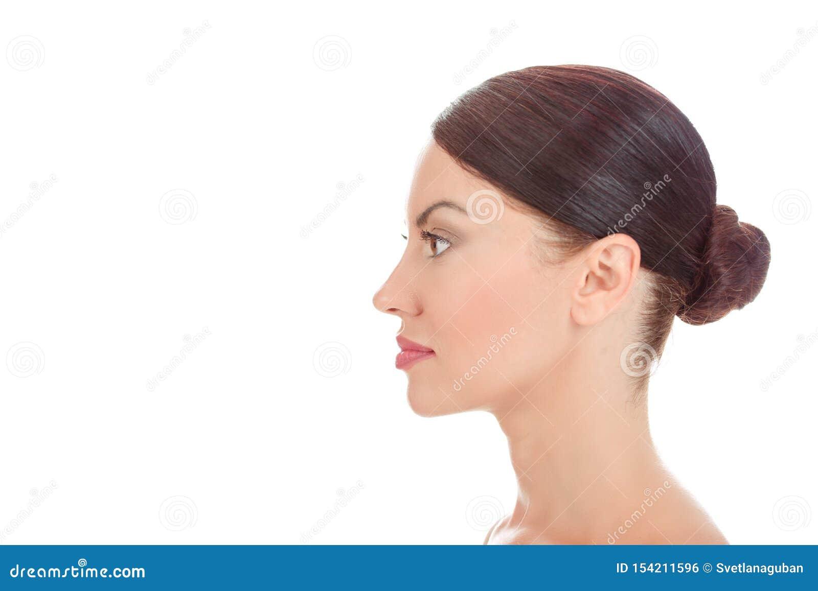 Mujer que mira para echar a un lado en la opinión del perfil que muestra a piel limpia la cara fresca