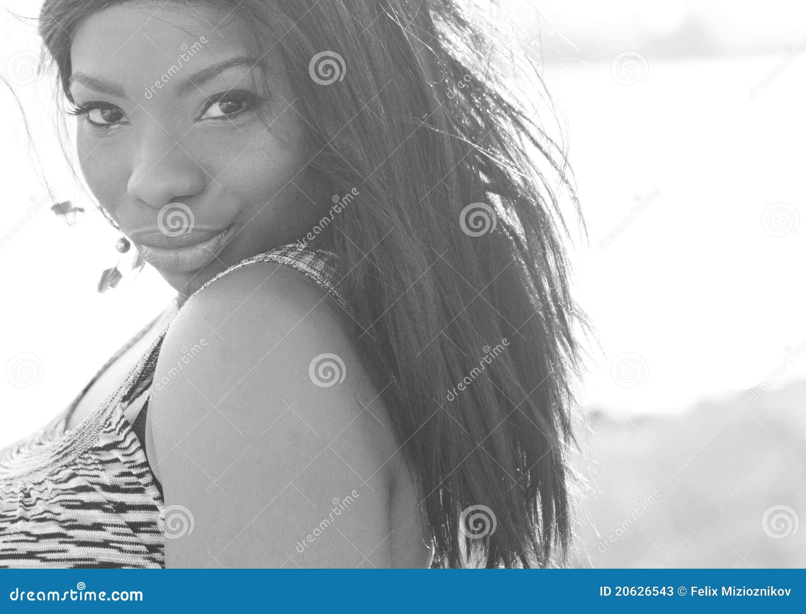 Mujer que mira sobre su hombro