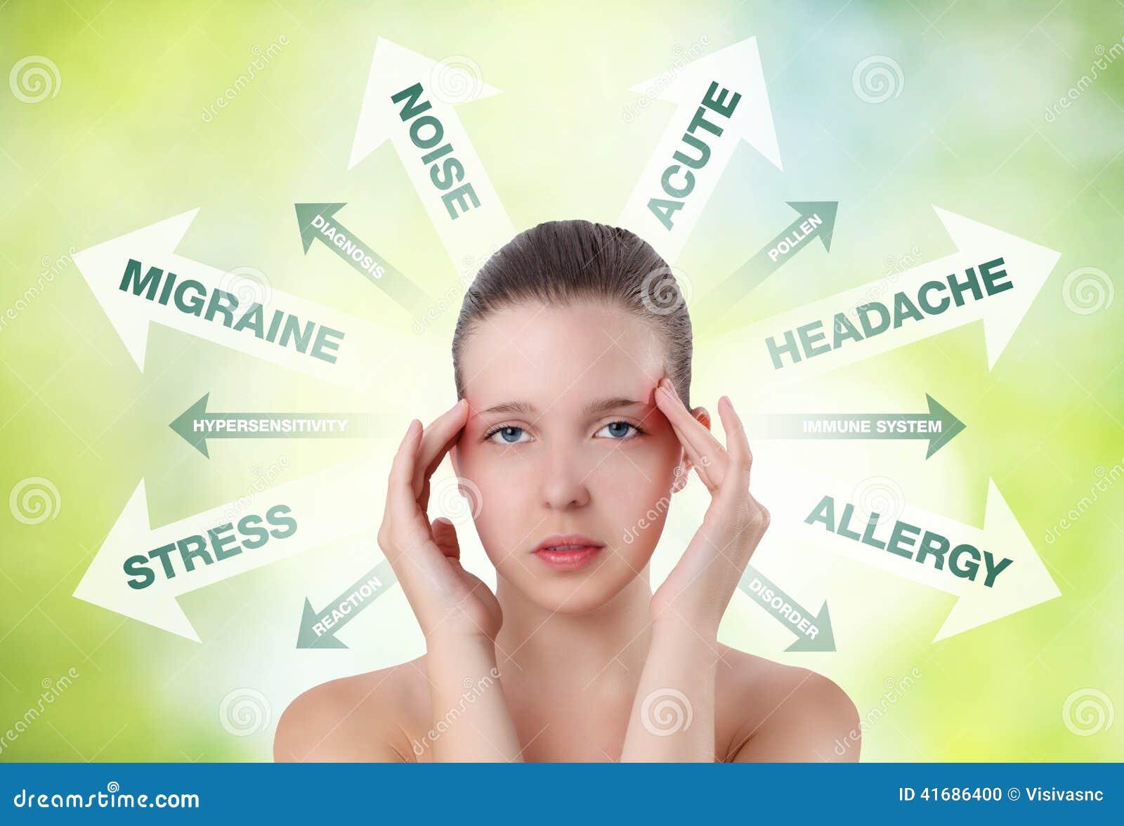 Mujer que muestra dolor en la cabeza con el gráfico de la información
