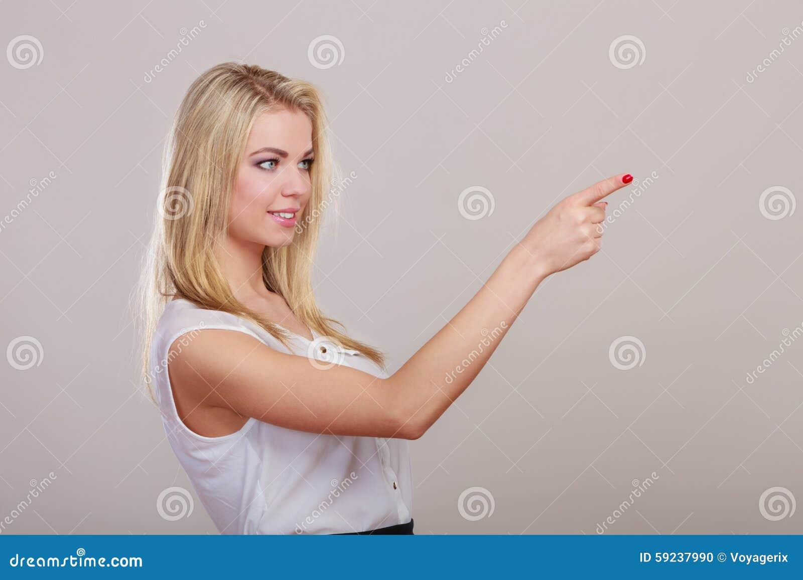 Mujer que muestra el espacio de la copia que señala con el finger