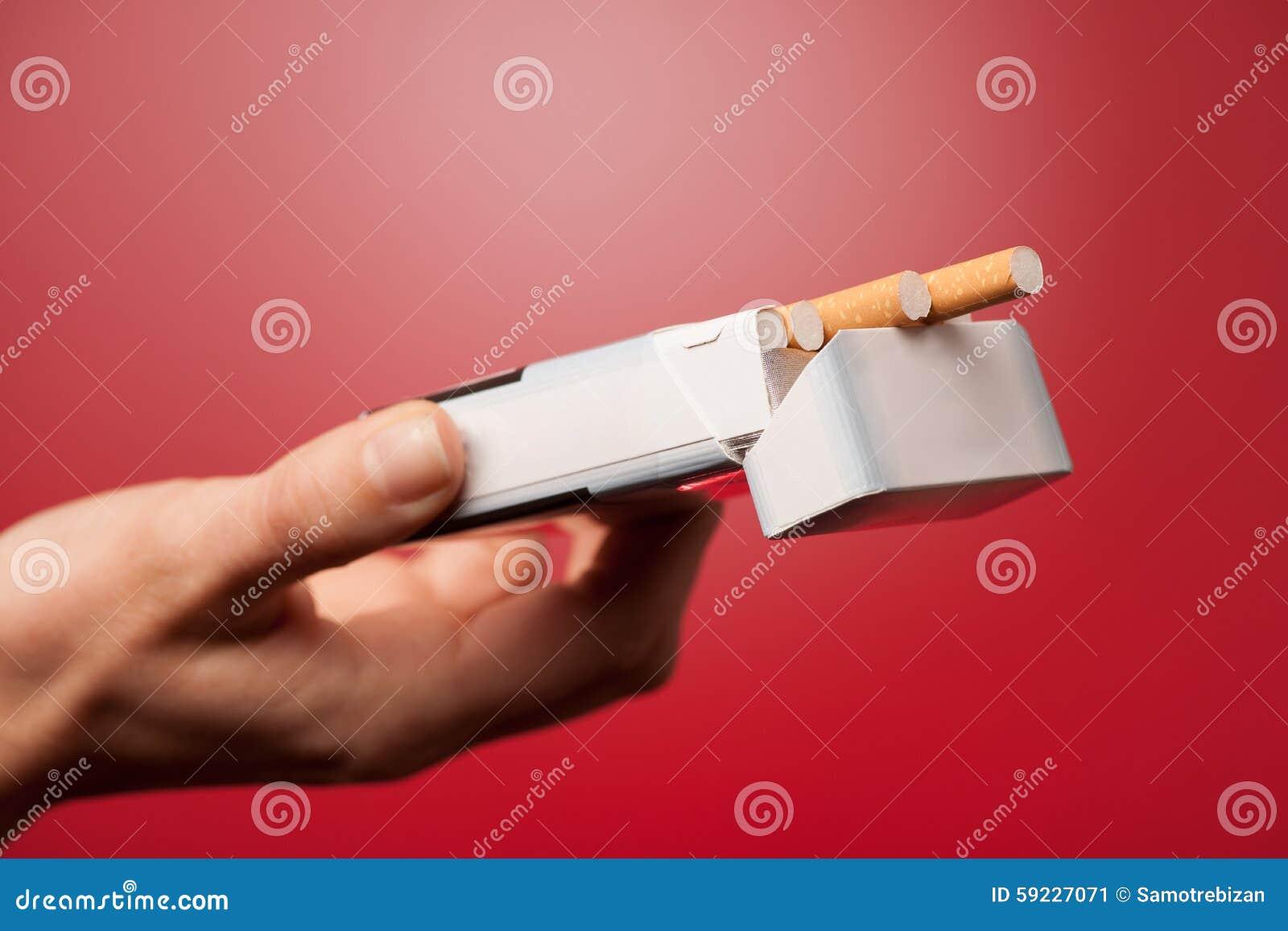 Mujer que ofrece un cigarrillo