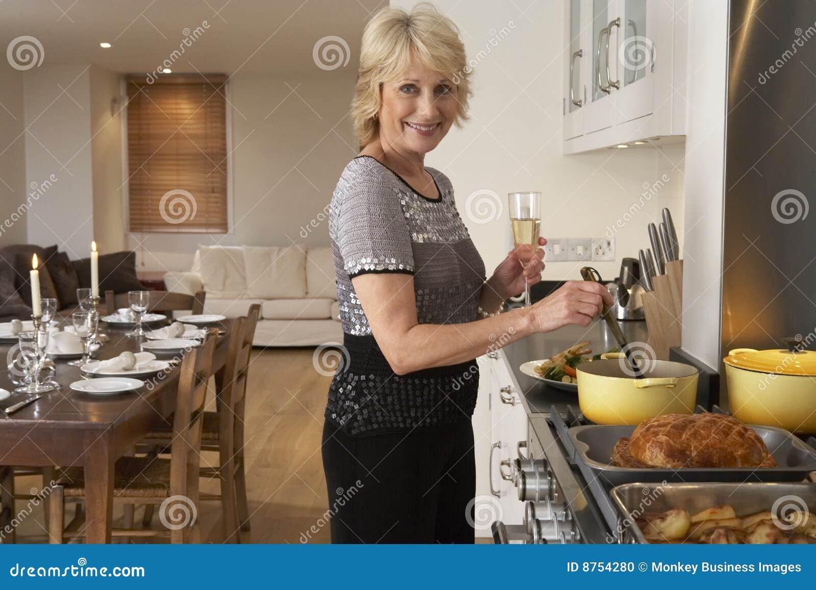Mujer que prepara el alimento para un partido de cena
